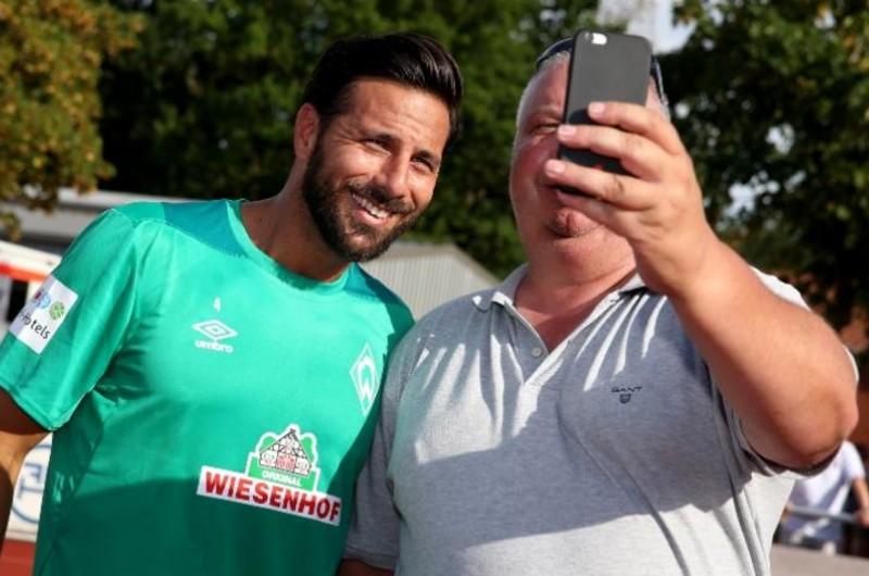 """""""Me emociono"""": Claudio Pizarro recibió el afecto de los hinchas del Werder Bremen"""