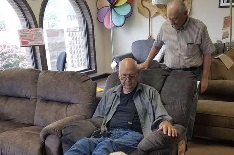 Abuelo lleva a su perro a tienda de muebles para asegurarse que también le guste la silla
