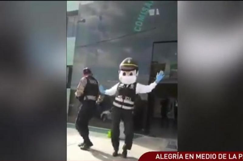 """""""Policía bailarín"""" reaparece en Arequipa y anima a sus colegas"""