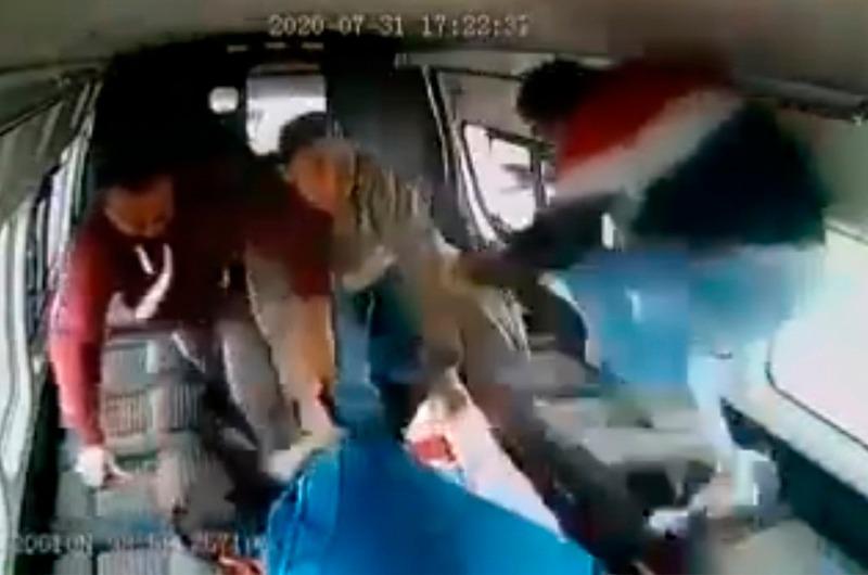 """""""Muy leoncito, ¿no?"""":  Pasajeros atrapan y dan paliza a ladrón en transporte público"""