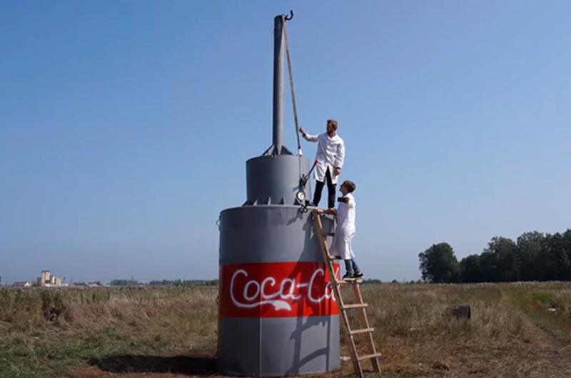 Joven realizó alocado experimento combinando 10.000 litros de Coca Cola con bicarbonato de sodio
