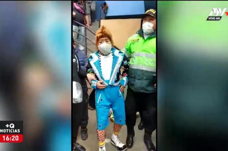 Payaso intervenido se defiende y muestra video de policías en fiesta