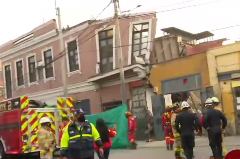 Persona estaría atrapada hace dos días tras colapso de casona en avenida Abancay