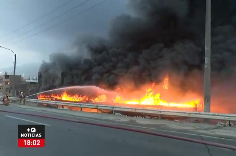 El Agustino: Gigantesco incendio en almacén de caucho causa alarma